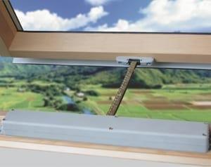 Siłownik-elektryczny-do-okna-dachowego Automatyka okienna
