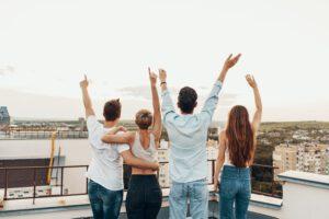 group-friends-enjoying-outdoors-roof-300x200 Zalety płaskich dachów